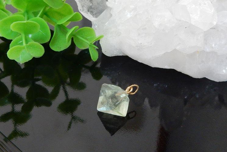 フローライト結晶のペンダント