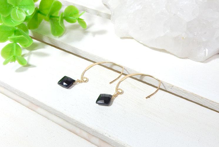 ブラックスピネルのダイヤ型フックピアス