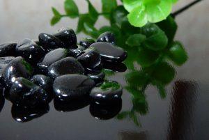 ブラックスピネルのさざれ石(100g)(16-sz1025-04)
