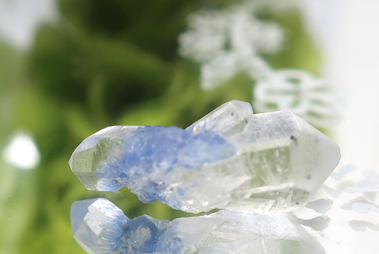 デュモルチェライトインクォーツの小さな結晶-1